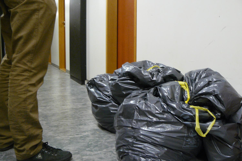 Dans les couloirs, des sacs de vêtements contaminés par les punaises menacent les voisins.