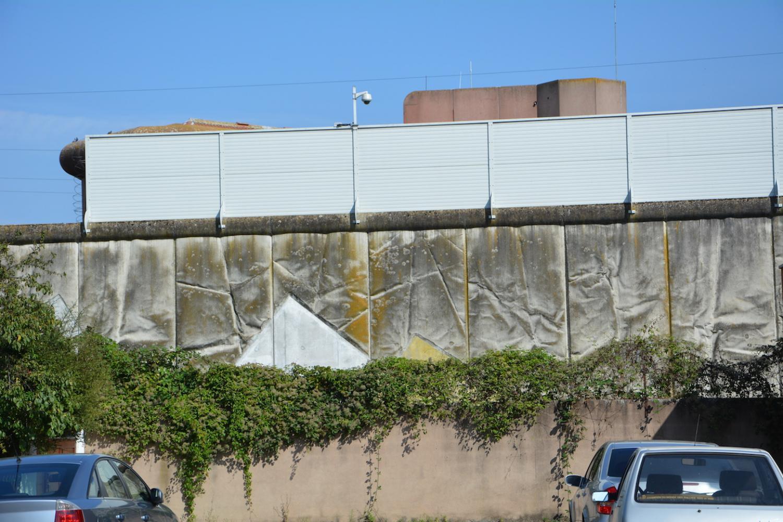 L'installation d'une palissade et de caméras dans la rue de Rothmuller a permis de réduire le nombre de parloirs sauvages.