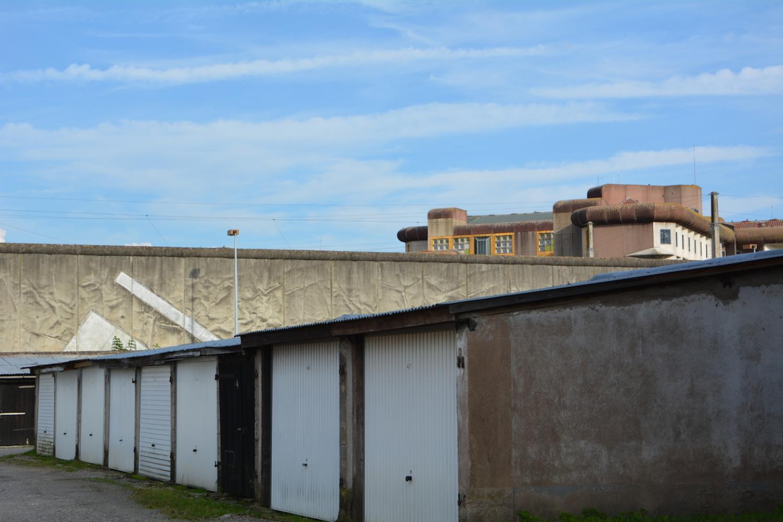 Les lanceurs profitent des garages installés près du mur d'enceinte de la prison pour prendre leur élan.