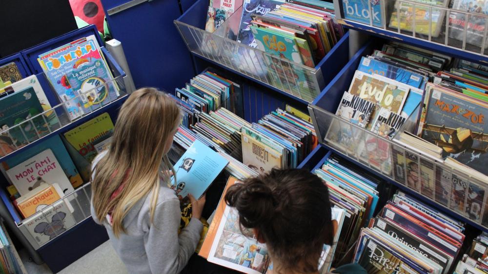 Pas besoin des parents pour se rendre au bibliobus. La plupart des enfants viennent seuls emprunter des livres.