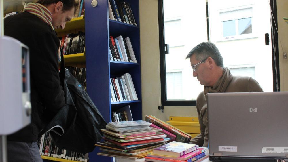 Comme dans une médiathèque classique, les membres peuvent emprunter huit ouvrages pendant un mois.
