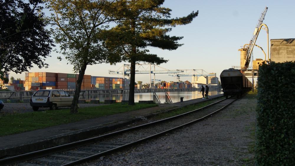 Les rails passent à côté du bassin du Commerce.