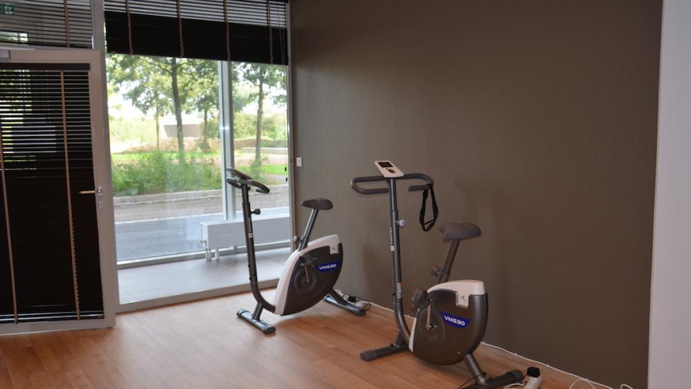 Des cours collectifs sont organisés dans la salle de gym.