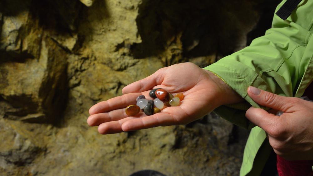 Le butin des chercheurs de trésors : des pierres précieuses.