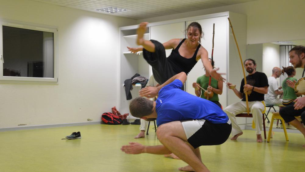 La roda conclut le cours: les capoeiristes s'affrontent au centre d'un cercle musical