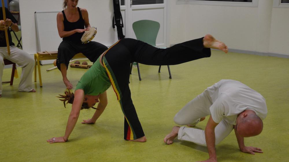 La capoeira est un art martial qui se veut ludique, basée sur le bluff et l'esquive