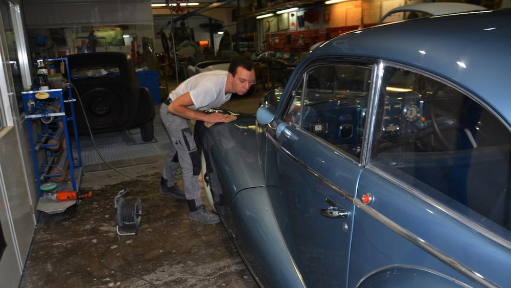 Maillets anciens et machines traditionnelles, les carrosseries sont refaites selon de vieilles techniques.