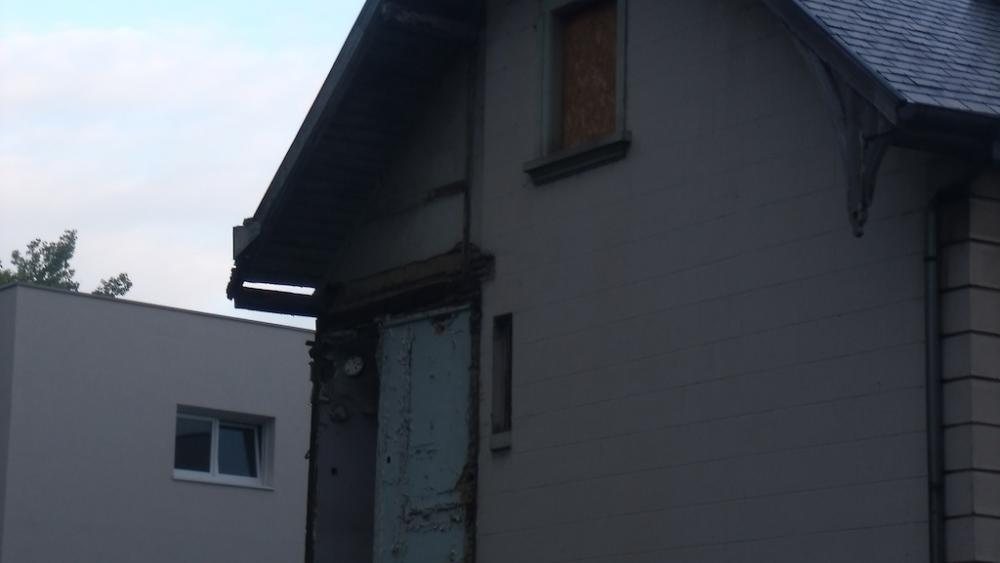 A l'abandon depuis octobre 2008, les locaux abritaient un squat d'artistes, la Maison Mimir.