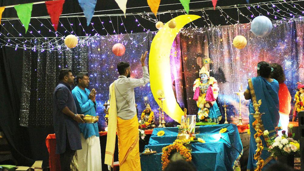 - Un décor cosmique entourait la statue du dieu Krishna.