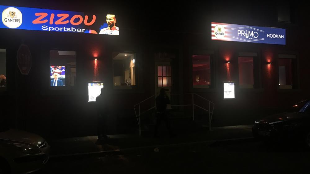 Avec son néon bleu-blanc-rouge, le Zizou Sportsbar parle aux Français. Cuej/Florian Bouhot