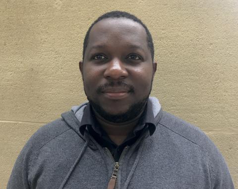 Stive Aropia met en scène le procès d'Ali Bongo à Strasbourg.