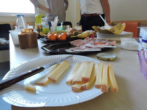 Fruits, fromage, pain, confiture et lait étaient proposés pour ce petit-déjeuner équilibré.